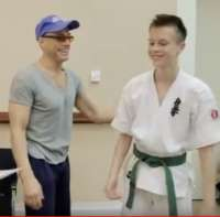 Karate - [VIDEO] El actor de Hollywood Jean-Claude Van Damme impartiendo una clase a jóvenes.